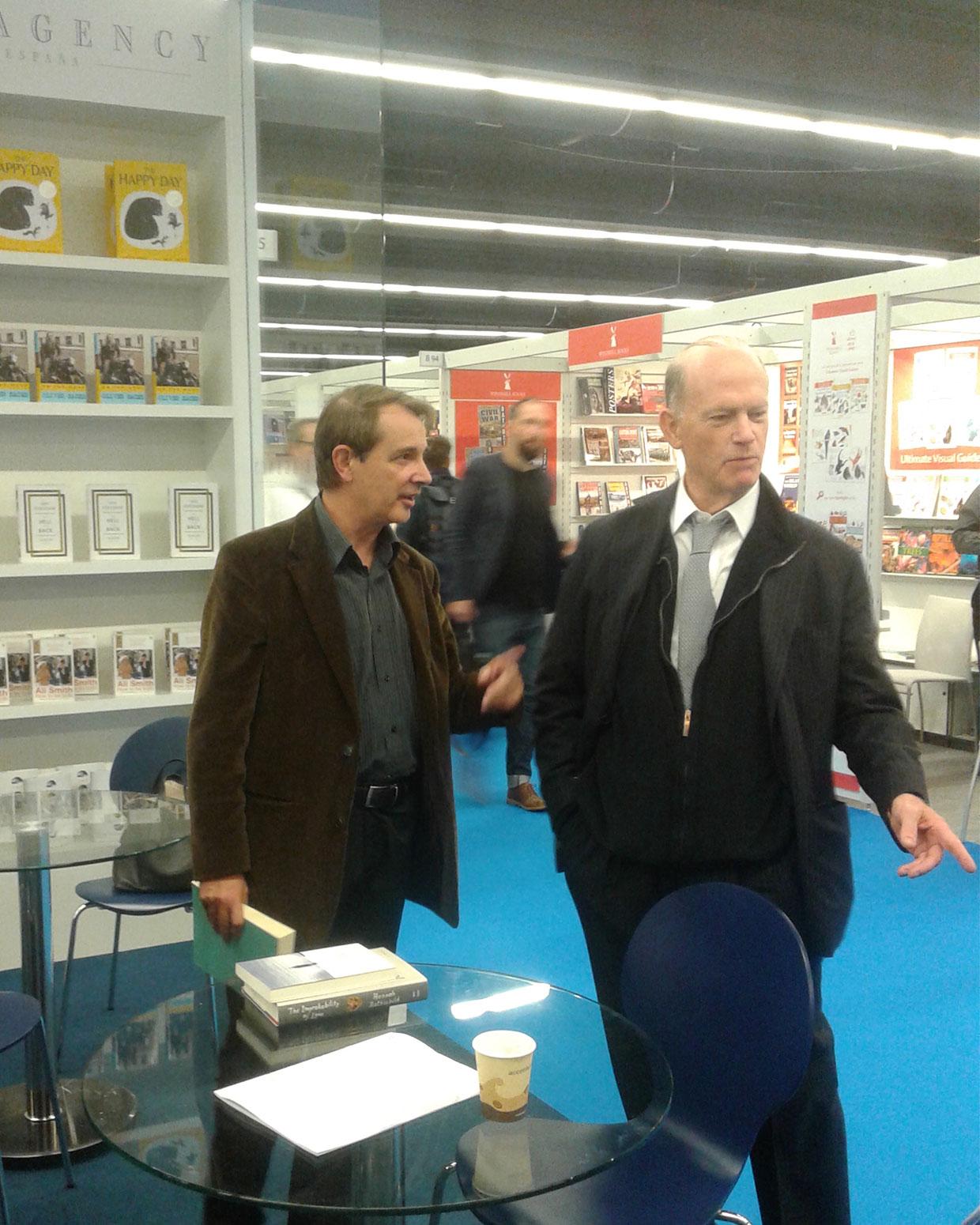 El agente literario Andrew Wylie (Drecha), con Joan Tarrida, editor de Galaxia Gutenberg, en la Feria de Fráncfort 2015. / FOTOGRAFÍA DE WINSTON MANRIQUE