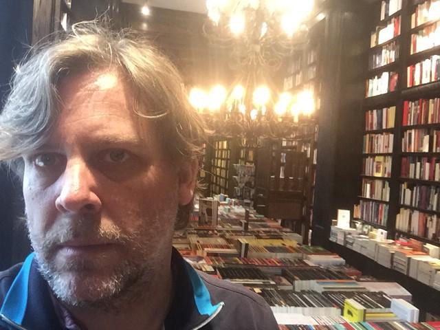 Pablo Braun en su librería Eterna Cadencia, de Buenos Aires.