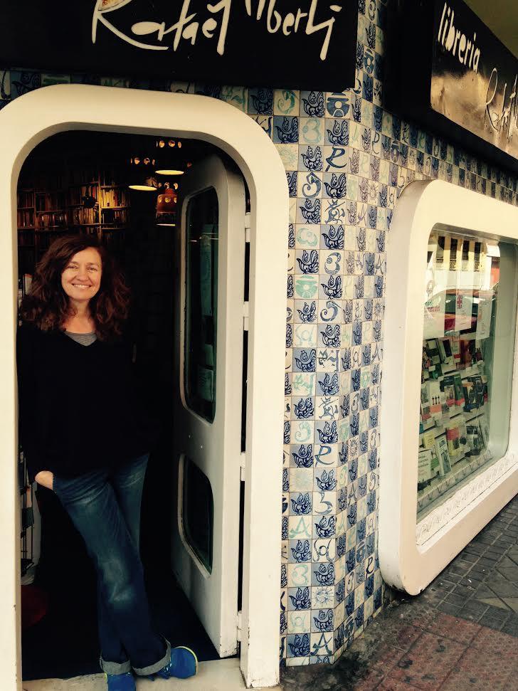 Lola Larumbe en la entrada de la Librería Alberti, de Madrid.