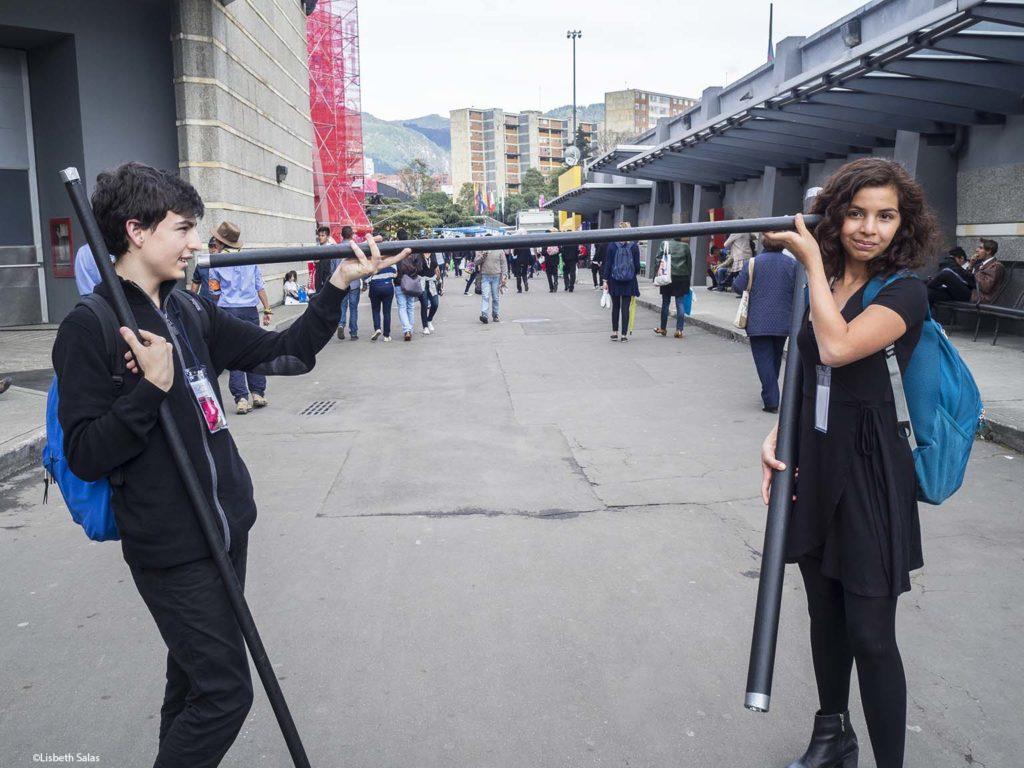 Dos jóvenes promueve nueva formas de recitar poesía en la Filbo 2017. / Fotografía de Lisbeth Salas