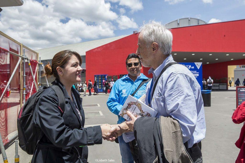Coetzee saluda a una lectora en la FILBo. /Fotografía de Lisbeth Salas