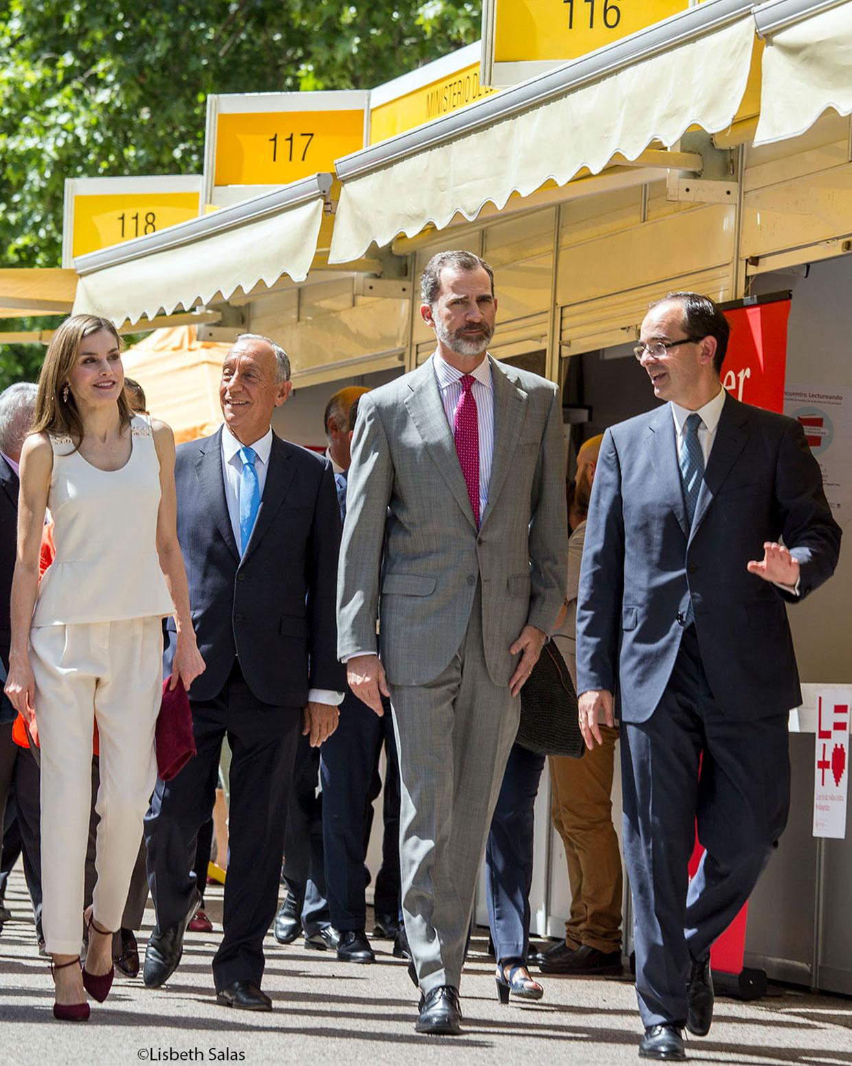 La reina Letizia, el presidente de Portugal Marcelo Rebelo de Sousa, el rey Felipe VI y José Pinho, de la editorial portuguesa Ler devagar. / fotografái de Lisbeth Salas