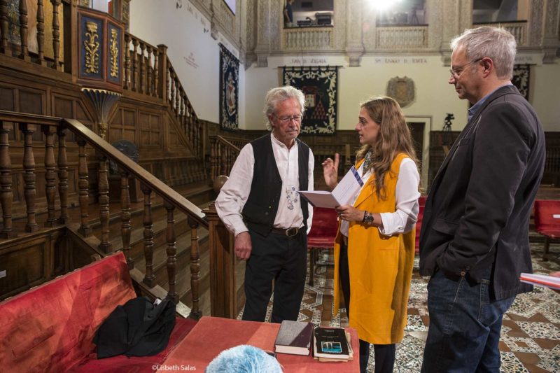 Peter Handke, izquierda, Laura Ariza, jefa de protocolo, y el profesor Georg Pichler, padrino de la investidura del escritor austriaco.