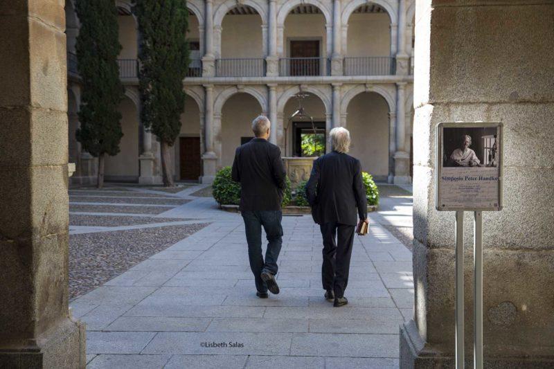 Georg Pichler, Izquierda, y Peter Handke caminan hacia el Paraninfo en la Universidad de Alcalá de Henares.