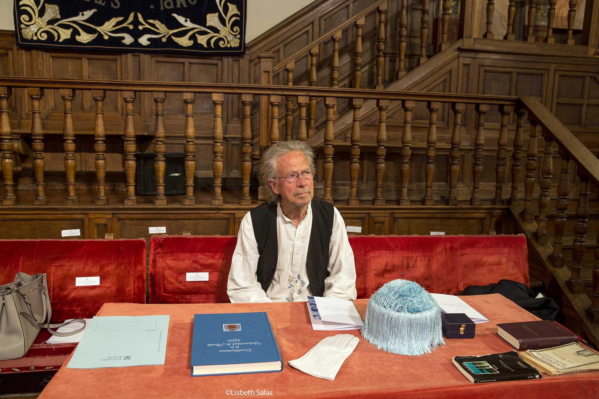 Handke ocupa el sitio donde estará durante la ceremonia.