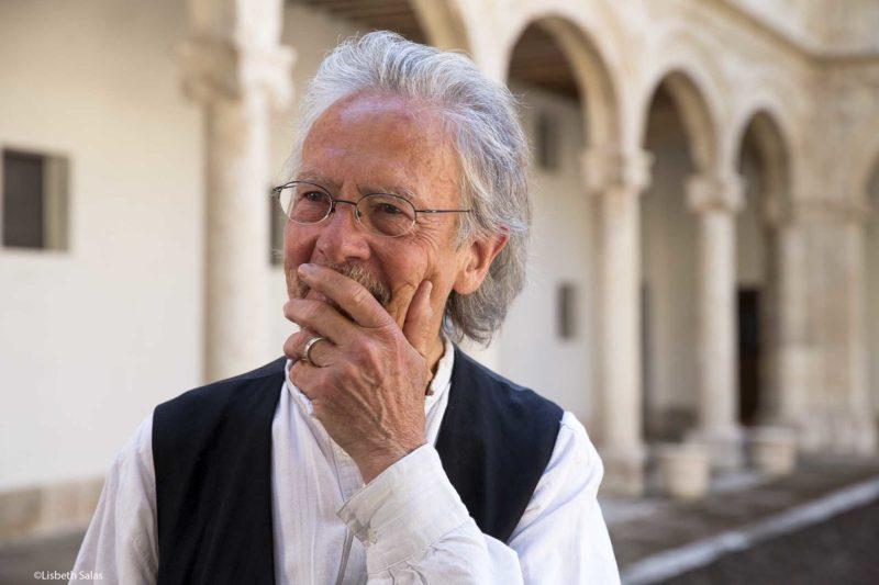Peter Handke en el Patio de Filósofos de la Universidad de Alcalá de Henares.