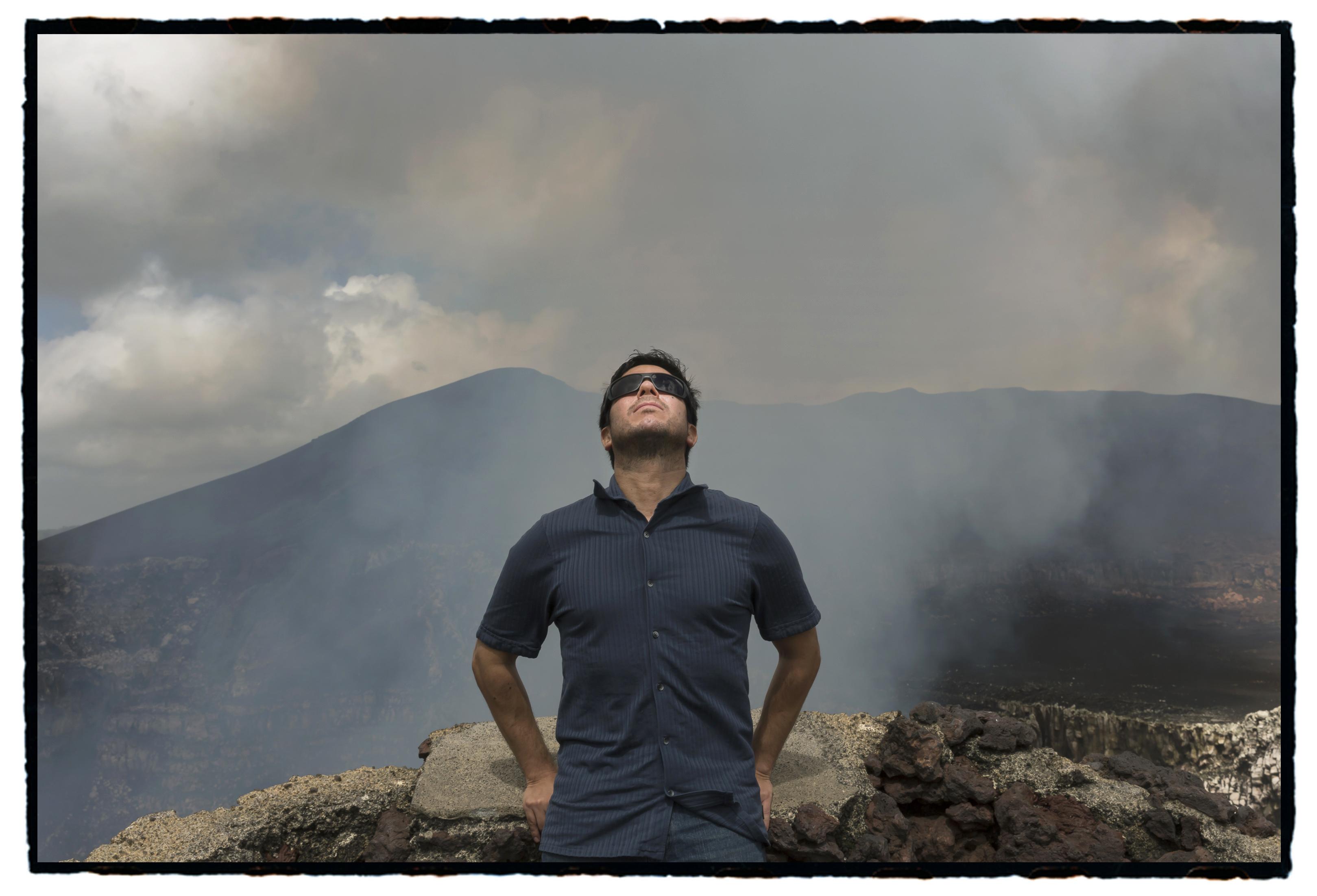 El escritor Renato Cisneros fotografiado por Daniel Mordzinski en el Festival Centroamérica cuenta 2017.