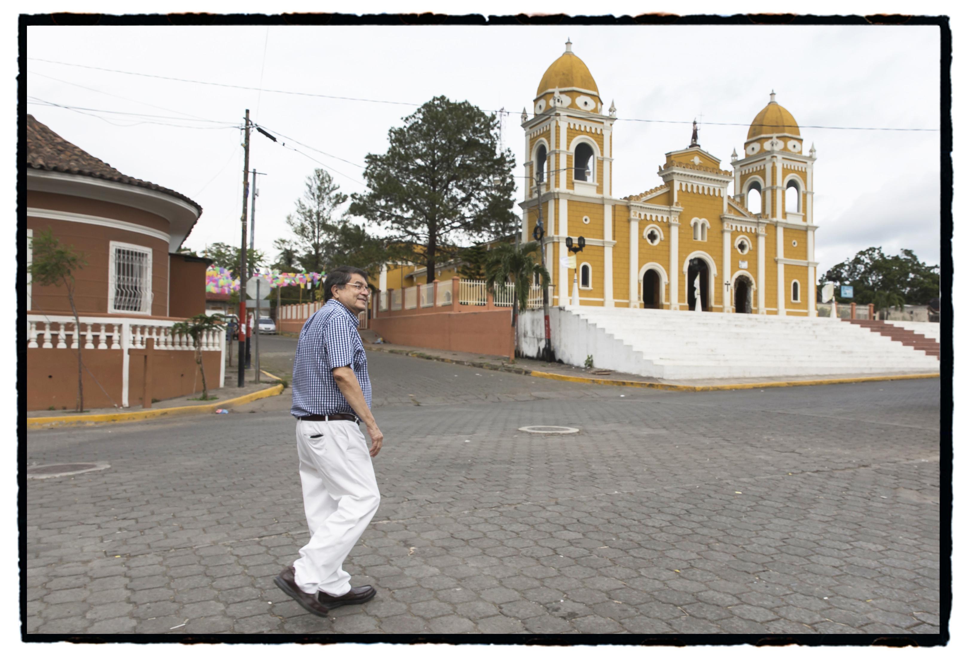 Sergio Ramírez fotografiado por Daniel Mordzinski en el Festival Centroamérica cuenta, 2017.