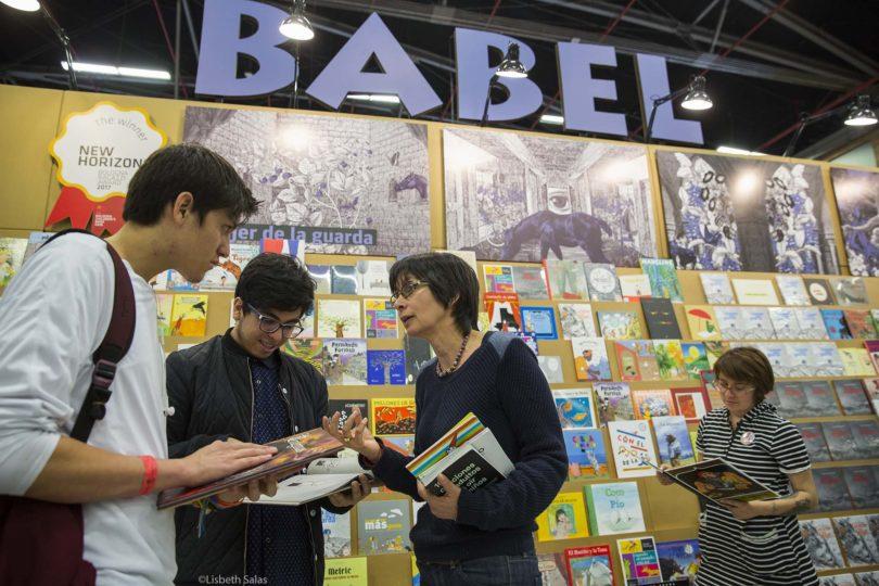 Estand de Babel en la FILBO con Alba Lucia Silva, responsable de la librería de Babel. /Fotografías de Lisbeth Salas