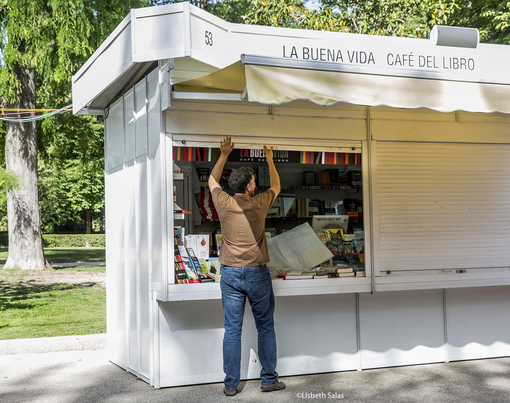 Jesús de la librería La buena vida durante la apertura de la feria. /Fotografía de Lisbeth Salas
