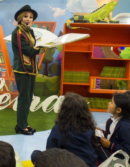 Una animadora de lectura en la FILBo.