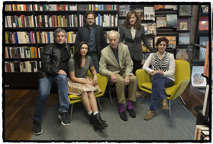 Richard Ford, en el centro, rodeado de escritores latinoamericanos, y de Valerie Miles, editora de Granta en español, fotografiados por Mordzinski en la Filbo 2017.