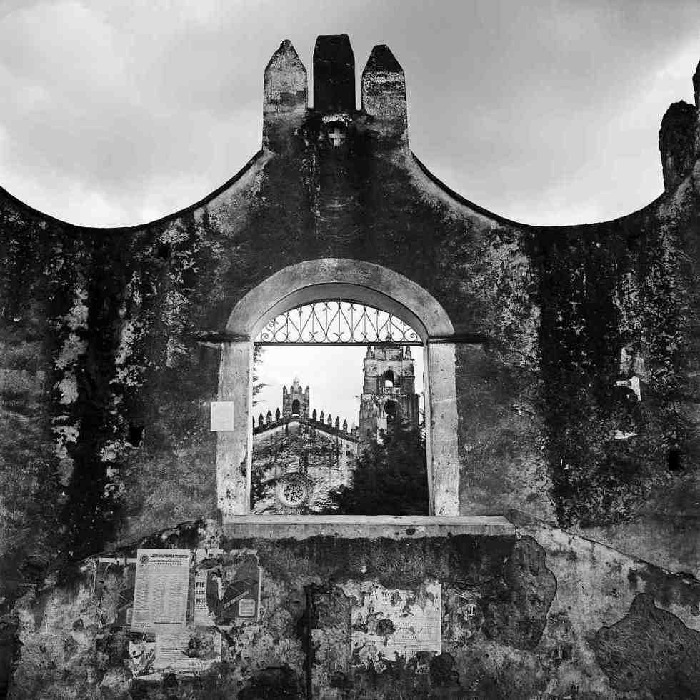 Acceso al atrio y templo de Yecapixtla, en los años 50. /Fotografía de Juan Rulfo