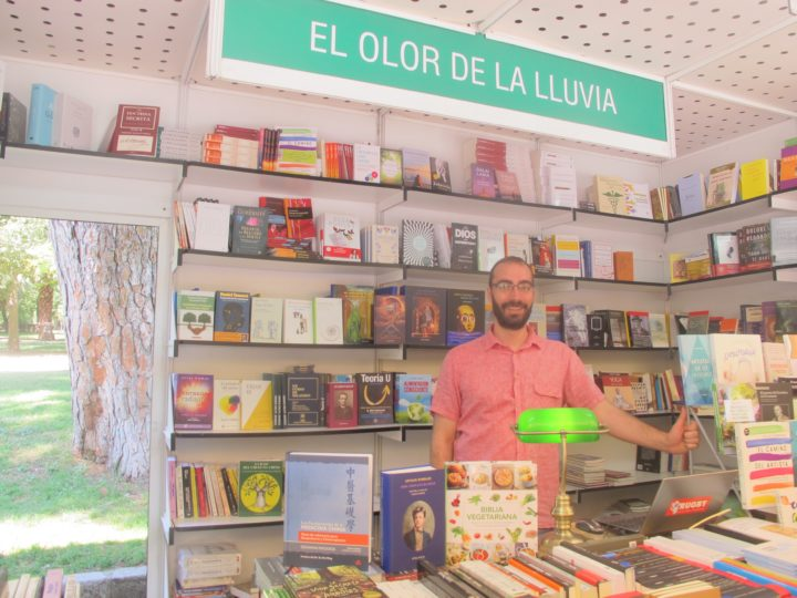 Caseta de 'El olor de la lluvia' en la Feria del Libro de Madrid
