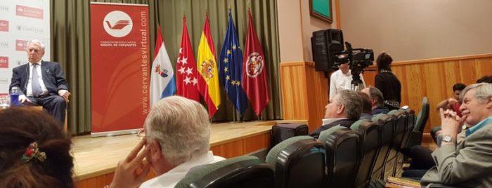 Gerlad Martin (derecha) y Luis Miguel Palomares Balcells, delante, escuchan la conversación de Vargas Llosa.
